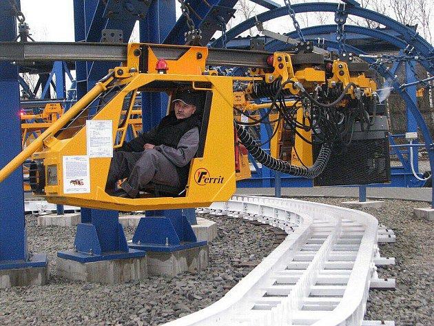 Slavnostní předvedení polygonu závěsných lokomotiv proběhlo ve čtvrtek 11. listopadu v areálu firmy Ferrit ve Starém Městě.