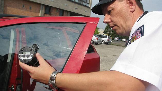 Policisté představili ve Frýdku-Místku nové přístroje, mimo jiné i na propustnost skel automobilů.