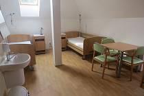 Interiér nového zařízení pro bezdomovce je bezbariérový. Pokoje nabízí klientům vše potřebné.