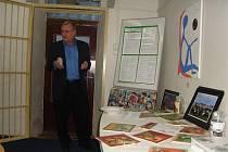 Milan Konečný při přednášce u příležitosti křtu své publikace MAWISácké humoresky aneb Vším, čím jsem byl, byl jsem rád.