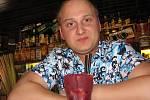 Pavel Štrba při přípravě drinku, který namíchal ve Vagón Cafe Baru ve Frýdku-Místku.