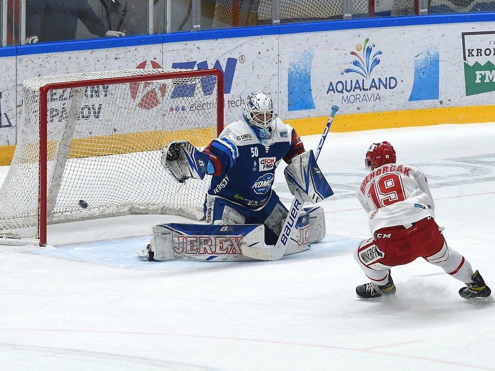 Brno 13.12.2020 - domácí HC Kometa Brno (Karel Vejmelka) v modrém proti HC Oceláři Třinec (Patrik Hrehorčák)