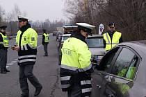 Měřením pomocí kalibrovaného a digitálního přístroje policisté zjistili, že takřka všichni řidiči měli správnou hloubku dezénu, která činí u osobních automobilů nejméně 4 milimetry – a u vozidel nad 3500 kg nejméně 6 milimetrů hlavních dezénových drážek.