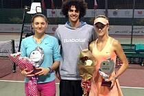 Frýdecko-místecký trenér Adam Vejmelka (uprostřed) se svou svěřenkyní Lindou Dubskou (vpravo) po finále čtyřhry v Bahrajnu, kterou hrála po boku Rusky Svintsonové.