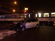 Na železničním přejezdu na Nádražní ulici ve Frýdku-Místku došlo ke střetu vlaku a osobního automobilu.