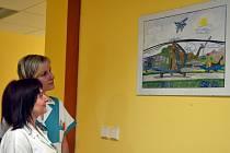 Zdravotnice si prohlížejí obraz Miroslava Konderly.