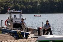 Policisté u Žermanické přehrady, 15. srpna 2021 v Soběšovicích.