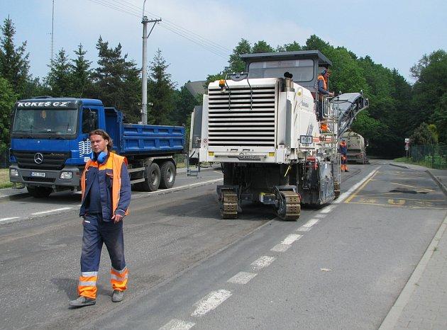 Na Bruzovské ulici na okraji frýdeckého lesa se opravuje silnice. Úsek je vyfrézován, firma má čas do 16. června.