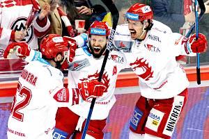 Oceláři hostili v posledním kole základní části Plzeň (v modrém) a vyhráli.
