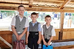 Malí ministranti, bratři František, Pavel a Piotr Krenželokovi byli u toho, když se obnovený kostel Božího těla v Gutech vysvěcel.