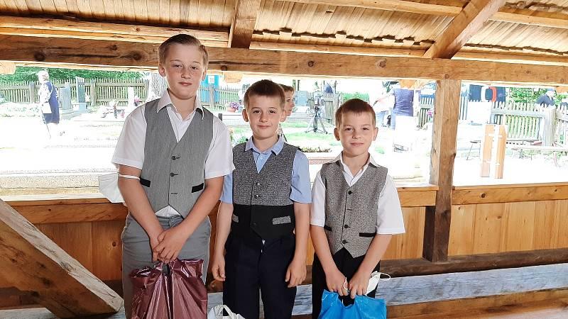V neděli 6. června se konala slavnostní svěcení repliky dřevěného kostel v Gutech. malí ministranti, bratři František, Pavel a Piotr Krenželokovi.