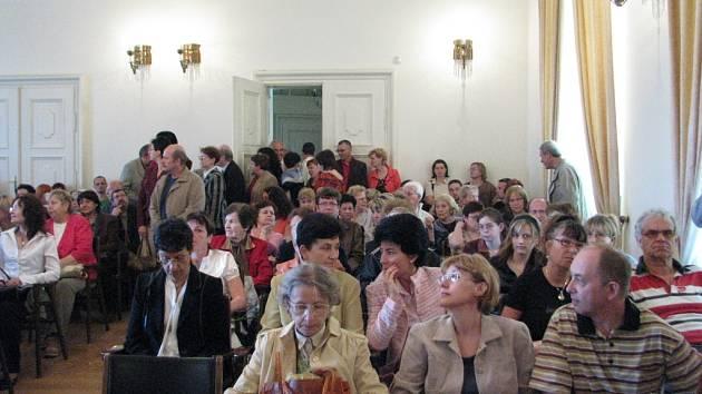 Vernisáž výstavy Lenky Kovalové proběhla v neděli v Rytířském sále zámku ve Frýdku-Místku, vystoupil mimo jiných i Alfréd Strejček