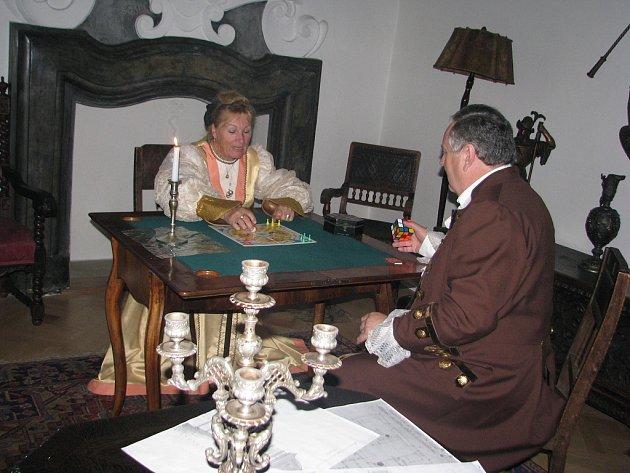 V pátek večer se frýdecký zámek opět rozzářil svíčkami. Večerní prohlídku zámku při svíčkách si nenechalo ujít zhruba pět set návštěvníků.