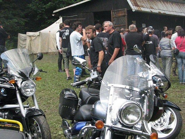 Stovky motorkářů obsadily o víkendu Vendryni. Sraz motocyklistů, jehož součástí jsou drsné soutěže i koncerty tvrdých kapel, připravil českotěšínský klub Black Dragon MC. Šlo o 14. ročník akce, většina z nich se konala právě v obci nedaleko Třince.