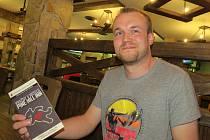 Pavel Kuběna s programem hry Vraždy v hotelu Pine Hill Inn.