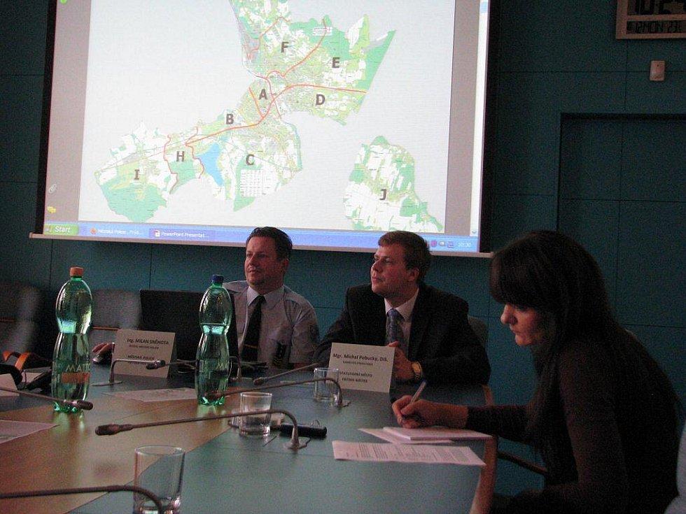 Na tiskové konferenci byla v pondělí 12. října dopoledne představena reforma Městské policie ve Frýdku-Místku. Novou koncepci uvedl její ředitel Milan Sněhota s náměstkem primátora Michalem Pobuckým.