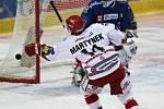 Hokejové derby Vítkovice vs. Třinec. Třinecký Rostislav Martynek před vítkovickým brankářem Markem Pincem.