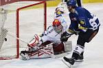 Hokejové derby Vítkovice vs. Třinec. Yorick Treille v nájezdu na Martina Vojtka