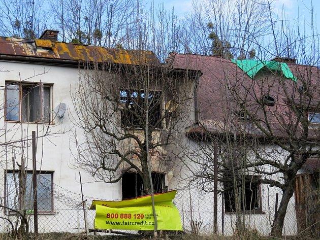 Při tragickém požáru, který ze soboty na neděli 21. února zachvátil bytovku ve Vendryni, zemřeli tři obyvatelé. V pondělí se na místo dostavil i vyšetřovatel hasičů.