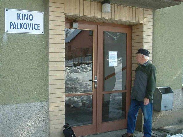 Muž čte vyjádření obce, proč se má palkovické kino zavřít