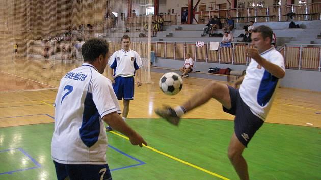 Sportovní hala při 6. základní škole ve Frýdku-Místku se ve čtvrtek 19. června stala dějištěm nohejbalového turnaje policejních družstev.