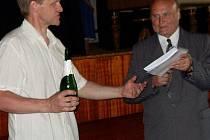 Starosta Sedlišť Jaromír Krejčok (zleva) a Václav Cichoň při slavnostním křtu.