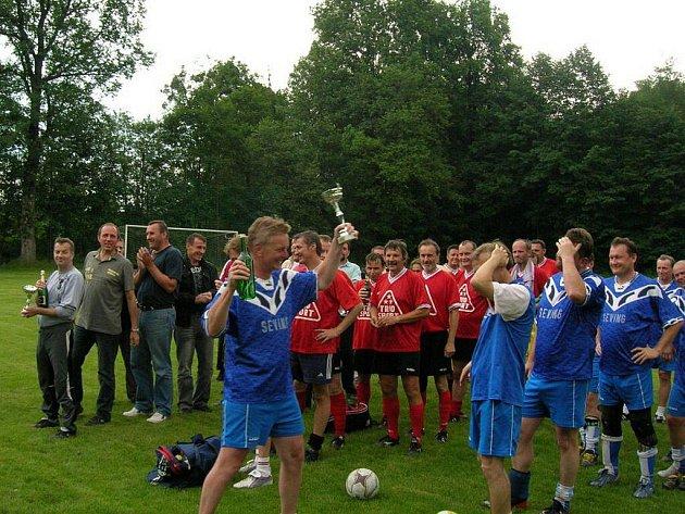 Kapitán doberských fotbalistů Dalibor Damek převzal z rukou organizátorů pohár pro vítěze.