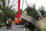 Zásah hasičů u havarovaného nákladního automobilu v Řepištích.