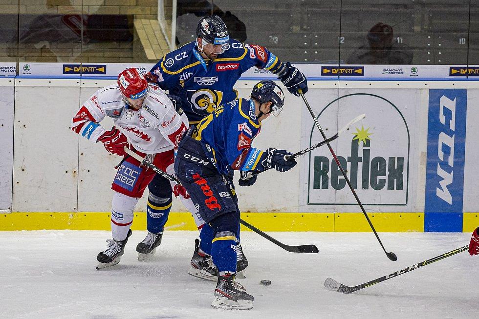 Extraligoví hokejisté Zlín (v modrém) v úterní dohrávce 5. kola doma podlehli lídru soutěže Ocelářům Třinec.