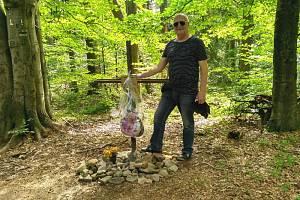 Leopold Mališ,u kříže dědečka Klementa Šťastného na svahu hory Čantoryje v roce 2017.