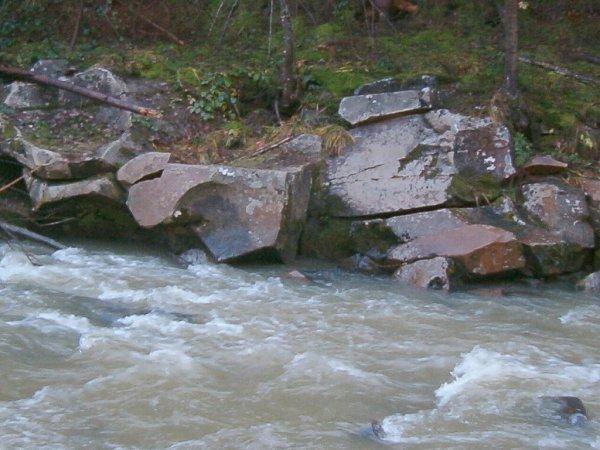 Na cestě do Istebné jsou na jednom místě tři ložiska vypadlých kamenných koulí.