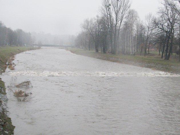 Řeka Ostravice ve Frýdku-Místku, o několik kilometrů výše proti proudu byl nalezen mrtvý medvěd. Ilustrační foto.