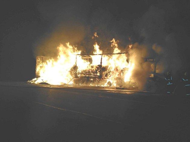 Plameny zachvátily vpátek 2.září po půlnoci kamion vBílé na Frýdecko-Místecku.