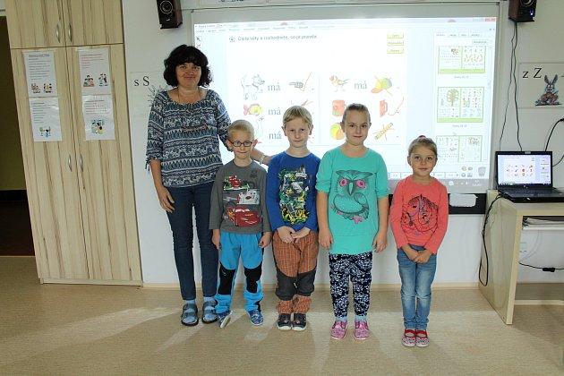 Na fotografii jsou prvňáčci zčeské základní školy vBukovci spaní učitelkou Reginou Byrtusovou. Na snímku zleva: Regina Byrtusová, Marek Zoň, Petr Waclawek, Vanesa Roženková, Sofie Lipowská.