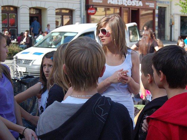 Trenérka Funky Beat Kristýna Blahutová (v brýlích) rozmlouvá se svými svěřenci před akcí na náměstí v Místku.