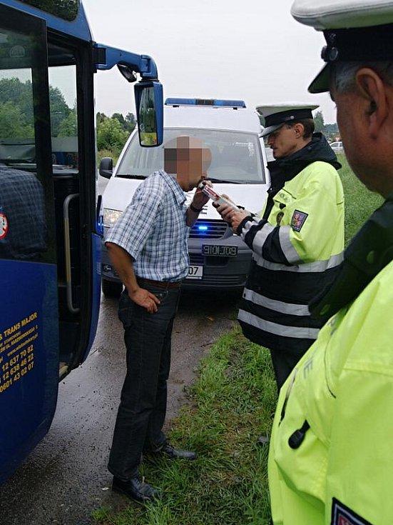 Na kontrolu autobusů a autokarů se zaměřila desítka policistů.