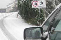 Cedule apeluje na řidiče, aby jeli opatrně.