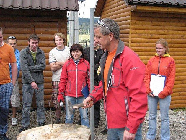 Šéf ski areálu v Mostech Alois Martynek (v popředí) si myslí, že o svátcích budou v provozu dvě ze tří sjezdovek.