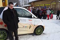 Na snímku starosta obce Písečná David Ćmiel s elektromobilem. Jde o typ smart fortwo electric drive.