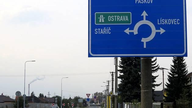 Kruhový objezd ve Sviadnově.