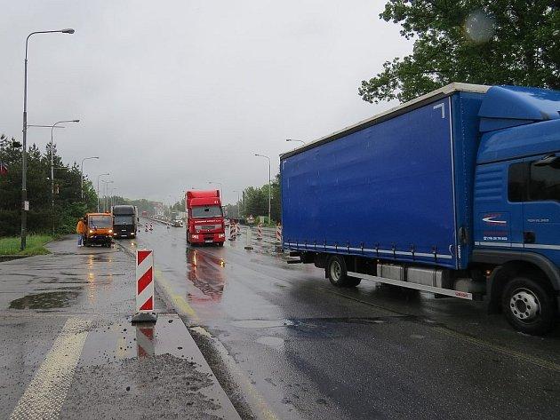 Na Frýdecko-Místecké estakádě, platí od víkendu dopravní omezení. To se projevilo zejména v pondělí 3. června. Ve směru na Český Těšín se jezdí ve dvou pruzích naopak ve směru na Nový Jičín byl pouze jeden jízdní pruh.Omezení se projevilo v centru města.