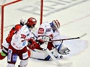 Třinec (v bílém) neměl s Pardubicemi problém.