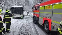 Hasiči vytáhli z příkopu autobus bez problémů.