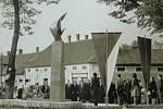 SNÍMEK zachycuje slavnostní odhalení památníku stávky v Karlově huti. Památník revolučních bojů byl odhalen v centru obce dne 7. května 1966 za přítomnosti Marie Zápotocké, manželky zesnulého prezidenta Antonína Zápotockého.