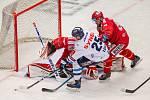 Finále play off hokejové Tipsport extraligy - 1. zápas: HC Oceláři Třinec - Bílí Tygři Liberec, 18. dubna 2021 v Třinci. Zleva brankář Třince Ondřej Kacetl, Radan Lenc z Liberce a Milan Doudera z Třince.