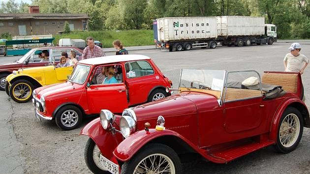 Nejstaršími vozy na Silesia veterán rallye byly žlutá a červená sérovka majitelů z Třince.