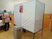 Základní škola v ulici Koperníkova v Třinci měla hned po otevření volebních místností velkou účast.