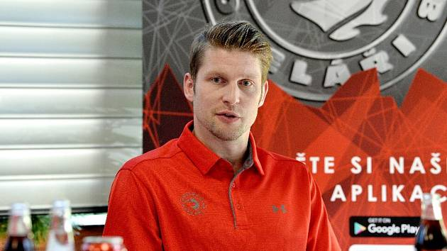 Petr Vrána, útočník hokejového Třince. Jemu i rodině se nyní dostává podpory také z klubů po celé republice. Od Ostravy až po Karlovy Vary.