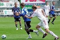 Třinecký stoper Radek Kuděla (v bílém) stíhá domácího Pavla Šultese.