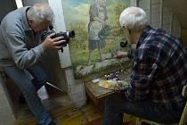 Bohuslav Cihla při natáčení filmu o malíři a sochaři Jana Satiny.